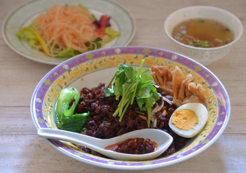肉脛麺(バクチョーミー)(平日限定おすすめランチ)980円<br /> ビーフンサラダ、スープ付き<br /> 3/1〜5/31