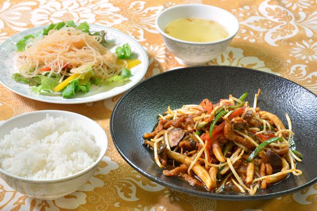 細切り豚肉とキノコのサンバル炒め(平日限定おすすめランチメニュー)<br /> 1,080円 9/1~11/30